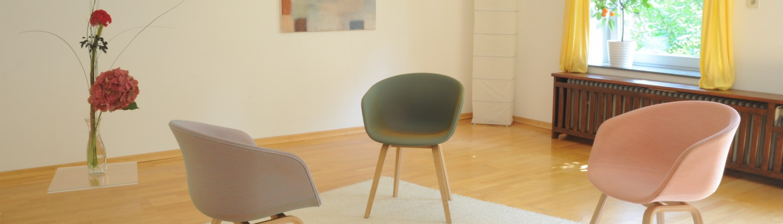 drei Stühle in Praxis